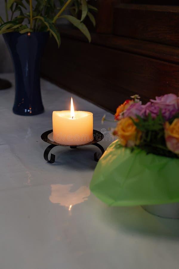 autel votif dans l'église avec les fleurs vertes et roses photographie stock libre de droits