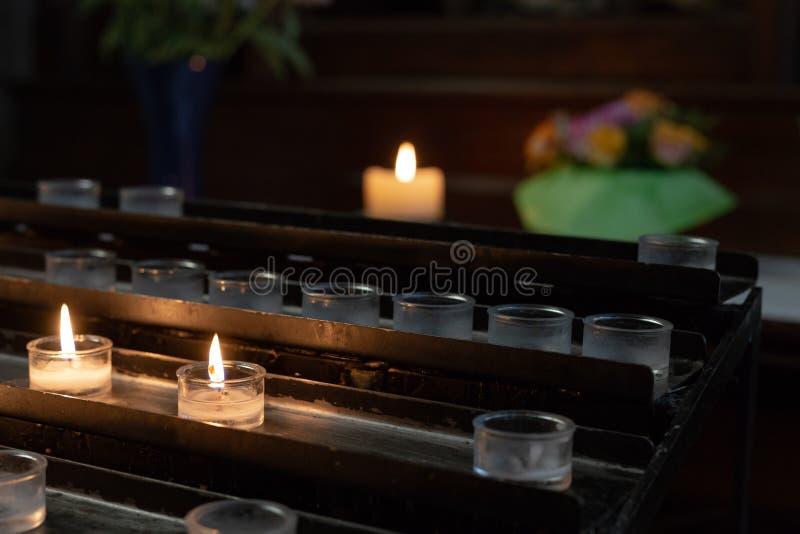 autel votif dans l'église avec les fleurs vertes et roses images libres de droits