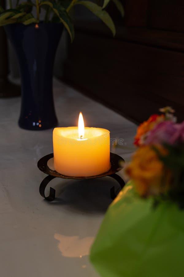autel votif dans l'église avec les fleurs vertes et roses photo stock
