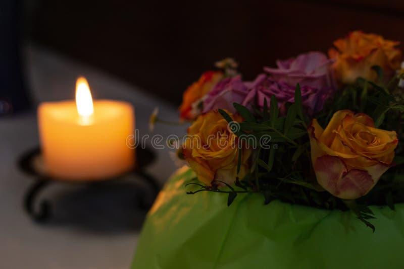 autel votif dans l'église avec les fleurs vertes et roses photos libres de droits