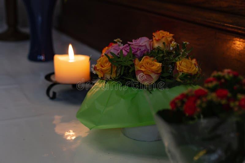 autel votif dans l'église avec les fleurs vertes et roses photographie stock