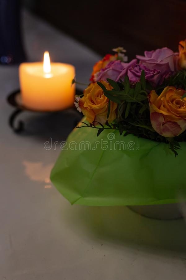 autel votif dans l'église avec les fleurs vertes et roses photo libre de droits