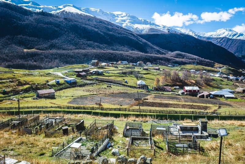 Autentisk hög-berg by i dalen arkivfoto