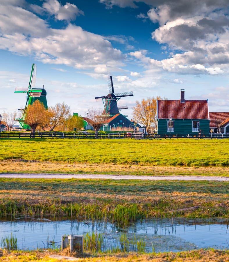 Autentisk Holland arkitektur på vattenkanalen i Zaanstad arkivfoton