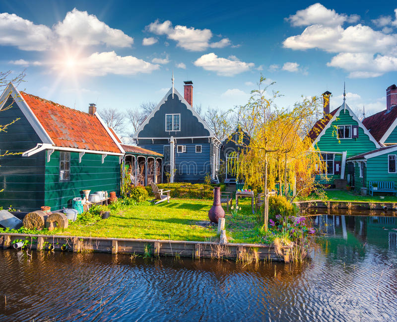 Autentisk Holland arkitektur på vattenkanalen i Zaanstad royaltyfria foton
