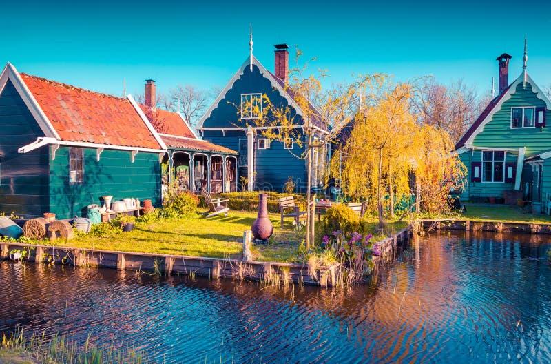 Autentisk Holland arkitektur på vattenkanalen i Zaanstad fotografering för bildbyråer