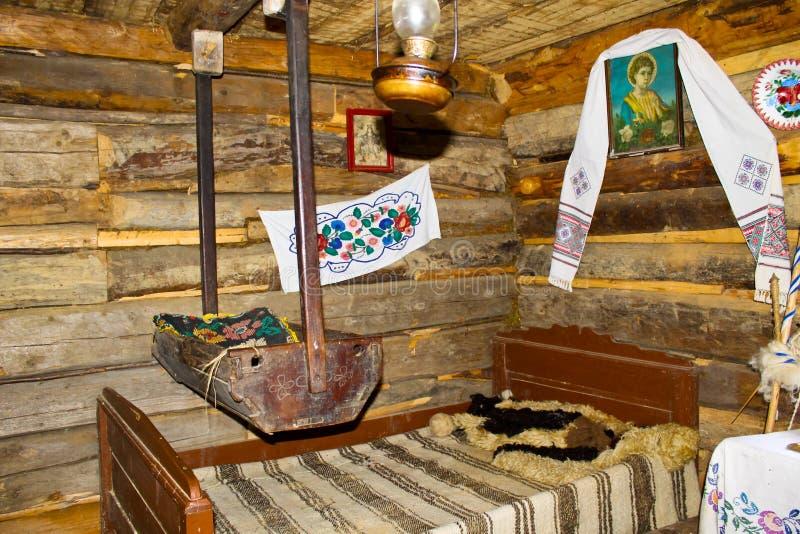 Autentisk inre av det forntida traditionella lantliga huset i Ukraina royaltyfri foto