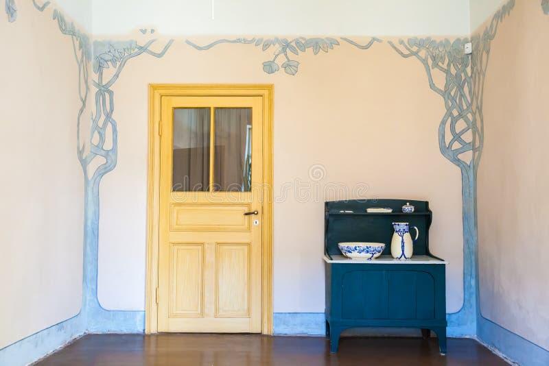 Autentisk inre i lägenhet av den latvian konstnären Janis Rozentals royaltyfri foto