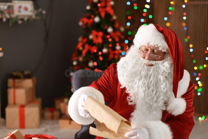 Autentisk Santa Claus läs- önskelista arkivfoton
