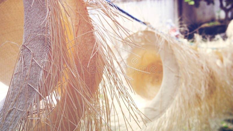 Autentiska handgjorda panamanska hattar som i rad hänger på en rad arkivfoto