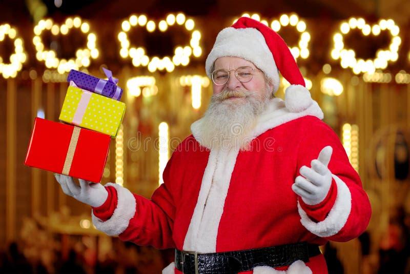 Autentiska Santa Claus hållande julklappar arkivfoton