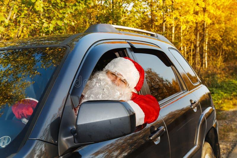 Autentiska Santa Claus Santa Claus kör en bil royaltyfria bilder