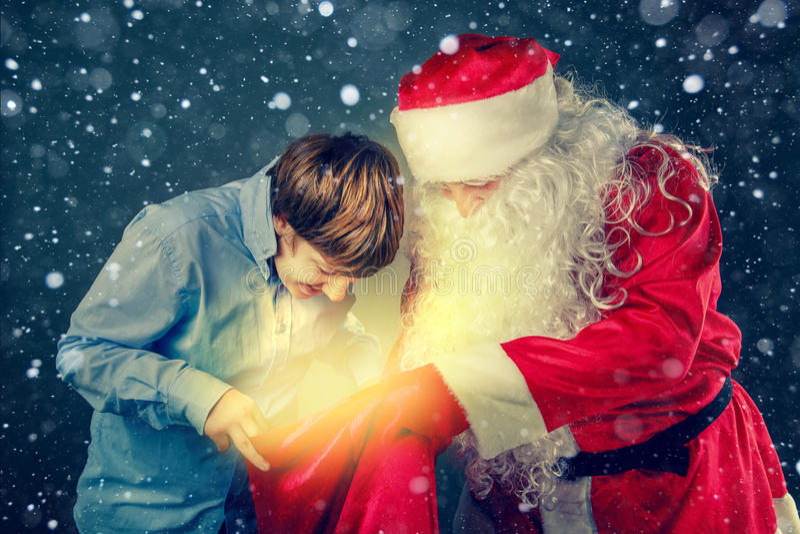 Autentiska Santa Claus kom med gåvor royaltyfri bild