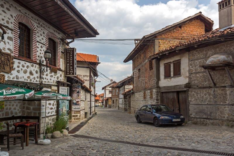 Autentiska 19 thårhundradehus i stad av Bansko, Blagoevgrad region, Bulgarien fotografering för bildbyråer