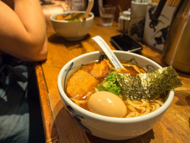 Autentiska Tokyo Ramen i en upptagen restaurang arkivbild