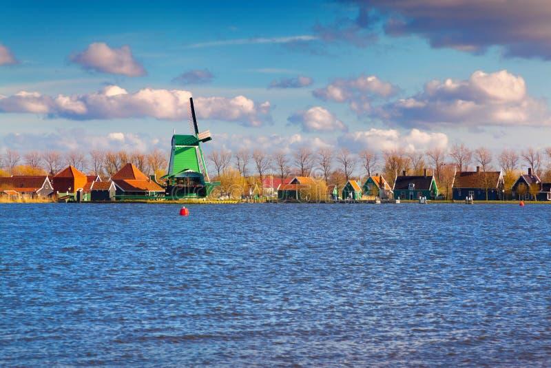 Autentiska Zaandam maler på vattenkanalen i den Zaanstad willagen royaltyfria foton