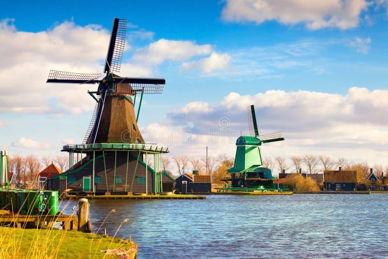 Autentiska Zaandam maler på vattenkanalen i den Zaanstad willagen royaltyfri fotografi