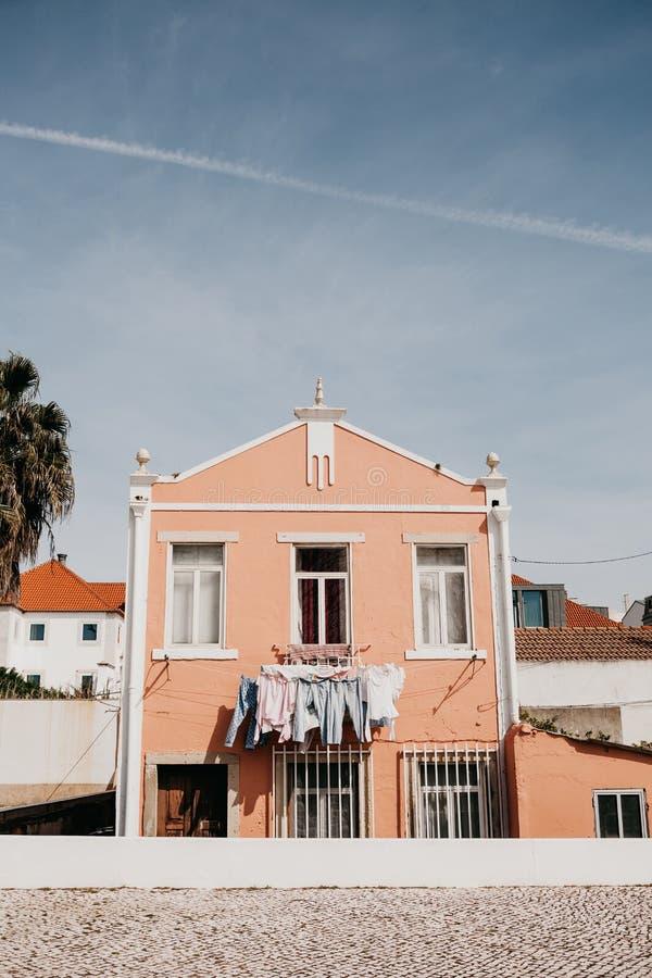 Autentyczna fotografia Odziewa suchego na fasadzie budynek mieszkaniowy w Lisbon w Portugalia Characteristic obraz stock