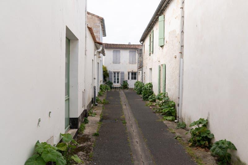 Autentyczna mała brukowiec ulica w Charentes morskiej Ponownej wyspie w Francuskim kraju zdjęcia stock