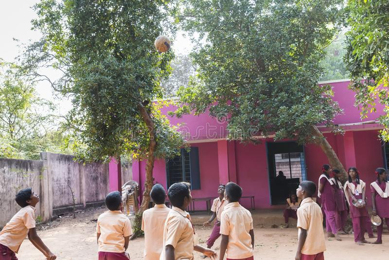 Autentyczni indyjscy dzieci z mundurami w boisku przy szkołą podstawową obrazy stock