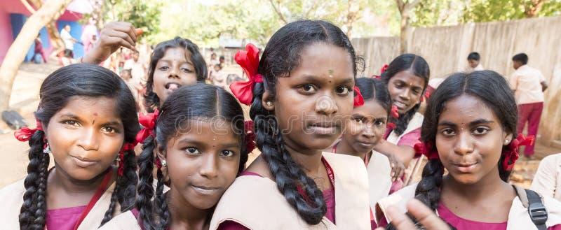 Autentyczni indyjscy dzieci z mundurami w boisku przy szkołą podstawową zdjęcia stock