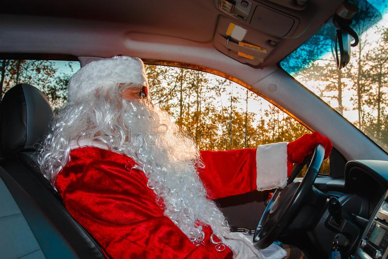 Autentyczny Święty Mikołaj Święty Mikołaj jedzie samochód obraz stock