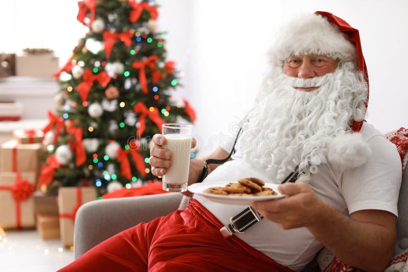 Autentyczny Święty Mikołaj z mlekiem i ciastkami zdjęcia stock