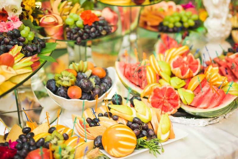 Autentyczny bufet, asortowane świeże owoc, jagody i cytrus, Przygotowanie dla projekta kreatywnie menu zdjęcie royalty free