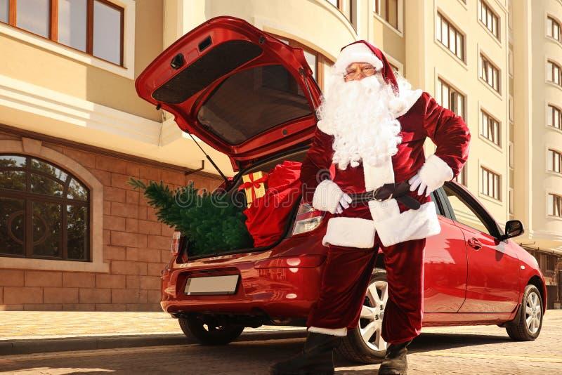 Autentyczny samochód Świętego Mikołaja z firem i torbą pełną prezentów świątecznych na zewnątrz, widok pod małym kątem obrazy royalty free