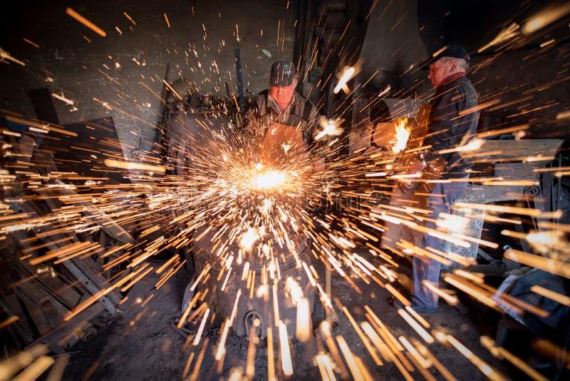 Autentyczny tradycyjny blacksmith od Transylvania, Rumuńscy ludzie obrazy royalty free
