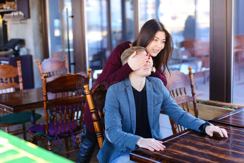 Auteur avec le smartwatch en main attendant l'associé en café photos libres de droits