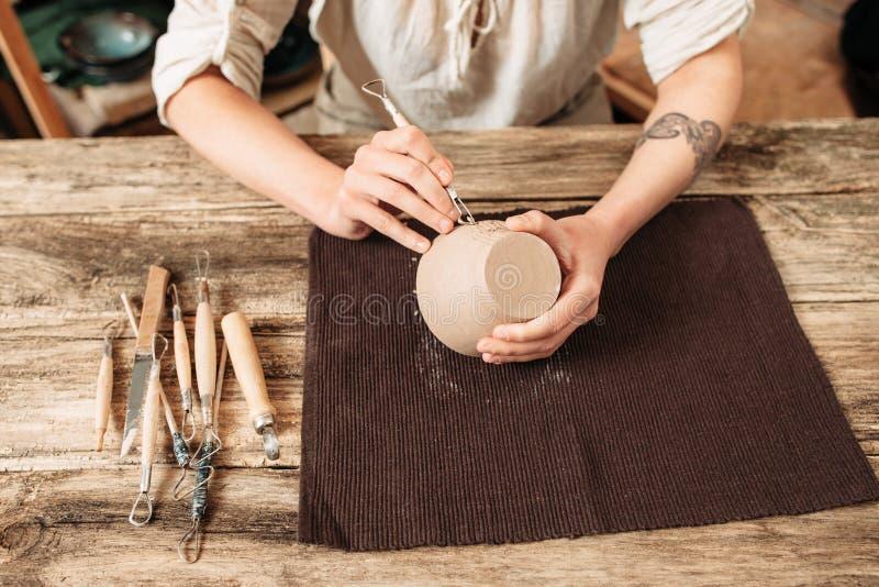 Auteur de cuvette d'argile décorant, fabrication de poterie photos libres de droits