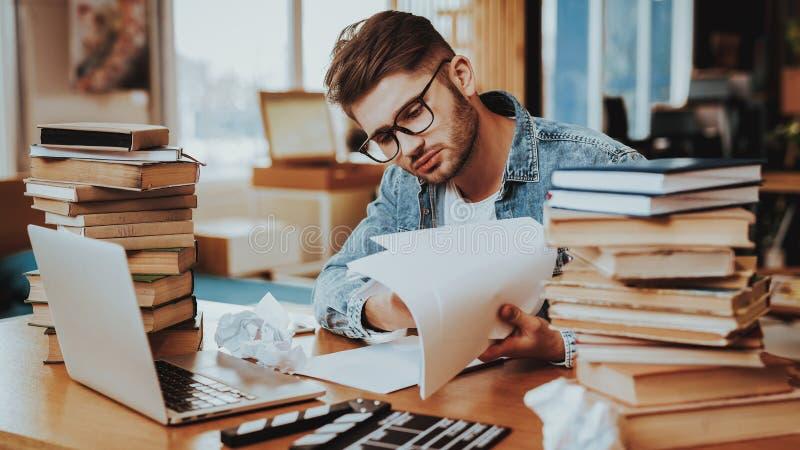 Auteur indépendant songeur Working des textes au bureau image stock