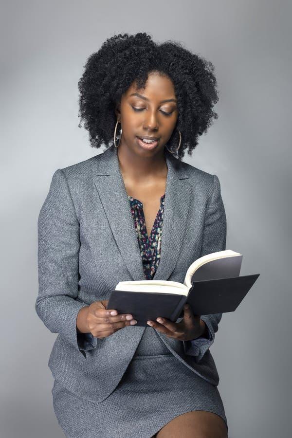 Auteur ou professeur féminin noir dans un studio images libres de droits