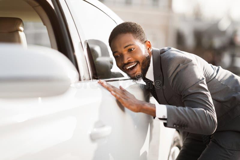 auteursillustratie in vector Gelukkige Afro-Mens wat betreft Nieuwe Auto royalty-vrije stock afbeelding