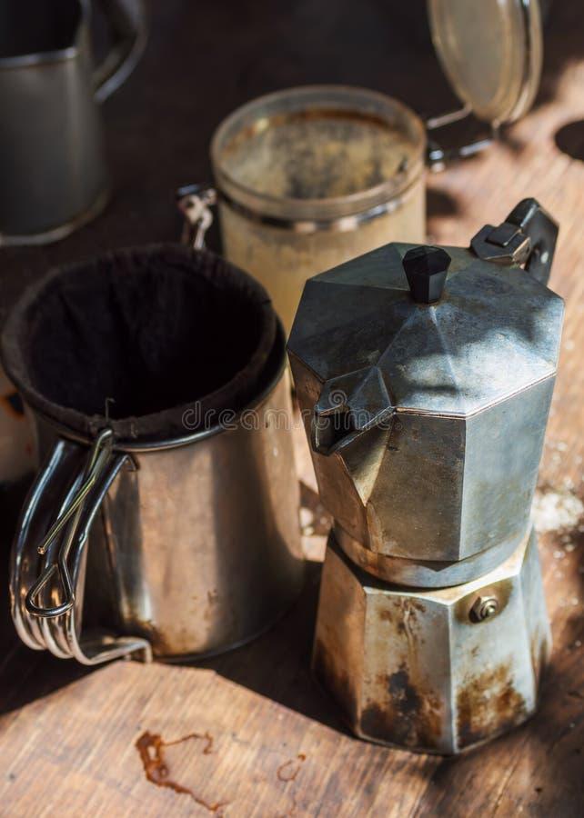 Authentiek Moka-pottenkoffiezetapparaat met stainer stock afbeeldingen