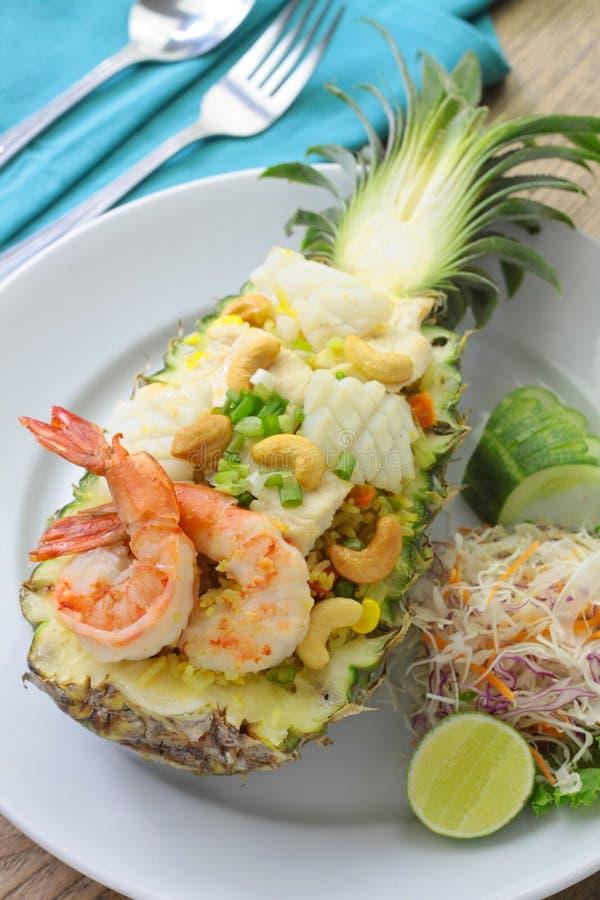 Authentieke Ananas Fried Rice met Zeevruchten stock fotografie