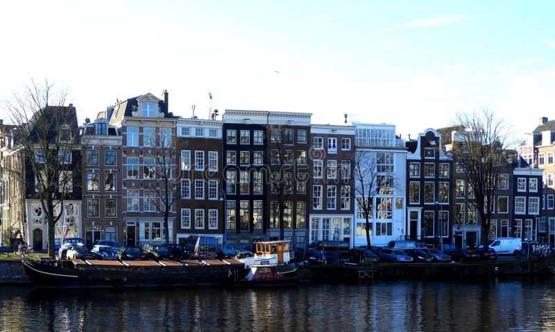 Authentieke huizen op een kanaal in Amsterdam stock foto