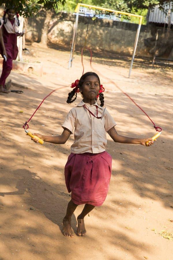 Authentieke Indische kinderen met uniformen in speelplaats bij lage school royalty-vrije stock foto