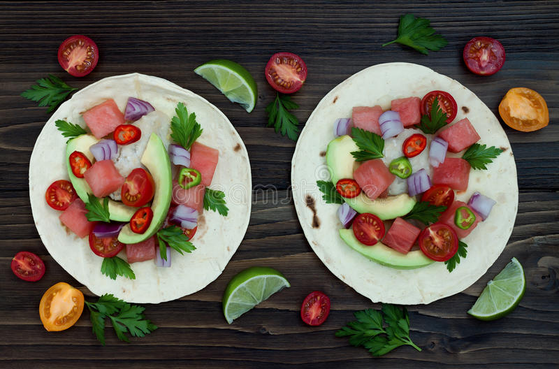 Authentieke Mexicaanse geroosterde vissentaco's met watermeloen Pico de Gallo royalty-vrije stock foto