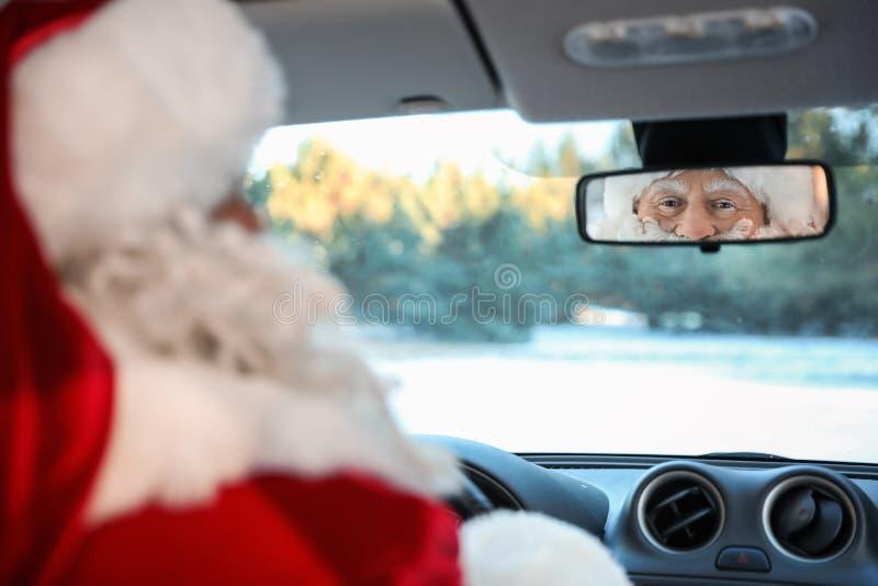 Authentieke Santa Claus die achteruitkijkspiegel binnen onderzoekt royalty-vrije stock foto's