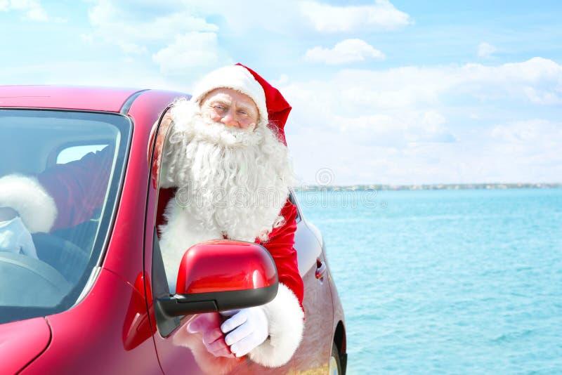 Authentieke Santa Claus die uit autoraam kijken royalty-vrije stock afbeelding