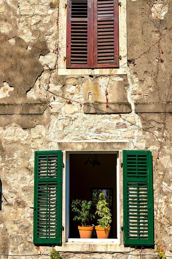 Authentisch, Backsteinmauer mit den schönen, alten, hölzernen Fensterläden, Fenster lizenzfreie stockfotos