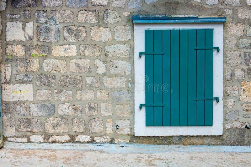 Authentisch, Backsteinmauer mit den schönen, alten, hölzernen Fensterläden, Fenster stockbilder