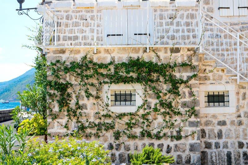 Authentisch, Backsteinmauer mit den schönen, alten, hölzernen Fensterläden, Fenster lizenzfreie stockfotografie