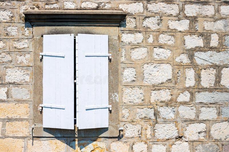 Authentisch, Backsteinmauer mit den schönen, alten, hölzernen Fensterläden, Fenster stockbild