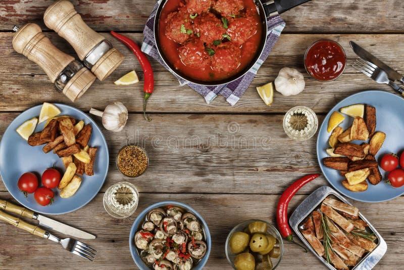 Authentische italienische Fleischklöschen, Chips und andere traditionelle Snäcke stockbilder