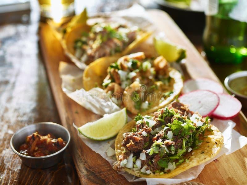 Authentische mexikanische Straßentacos mit unterschiedlichem Fleisch lizenzfreie stockfotos