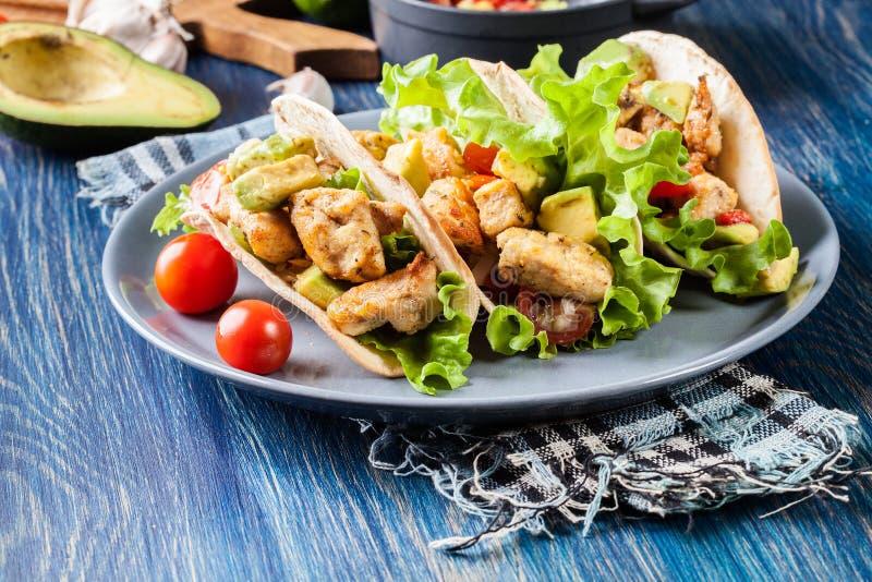 Authentische mexikanische Tacos mit Huhn und Salsa mit Avocado, Tomaten und Paprikas lizenzfreie stockfotografie