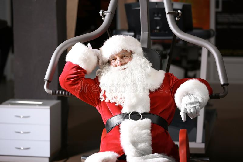 Authentische Santa Claus, die nach Übung stillsteht lizenzfreies stockbild